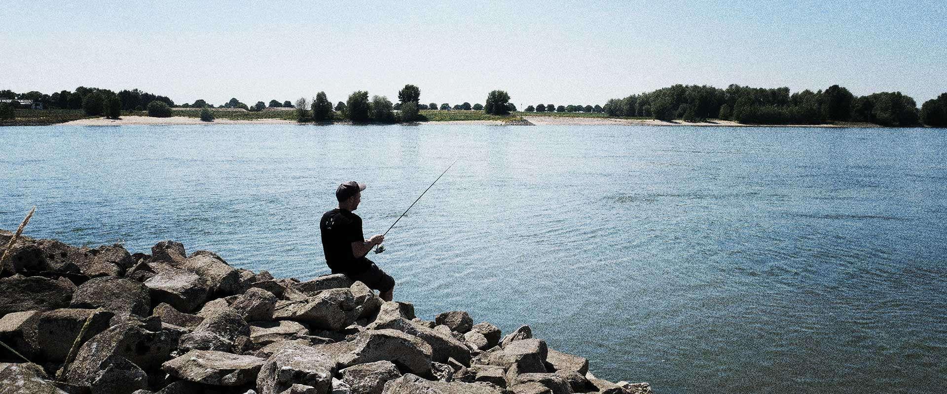 Zanderangeln im Sommer am Fluss mit Gummifisch