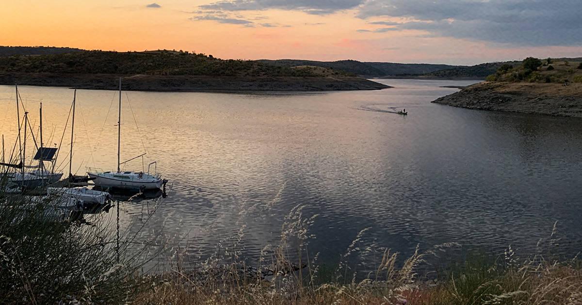 Angeln in Spanien - Boot auf dem Alcántara Stausee